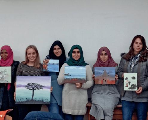 Gruppe von Frauen mit Bildern in der Hand