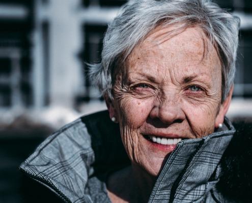 ältere Frau die lächelt
