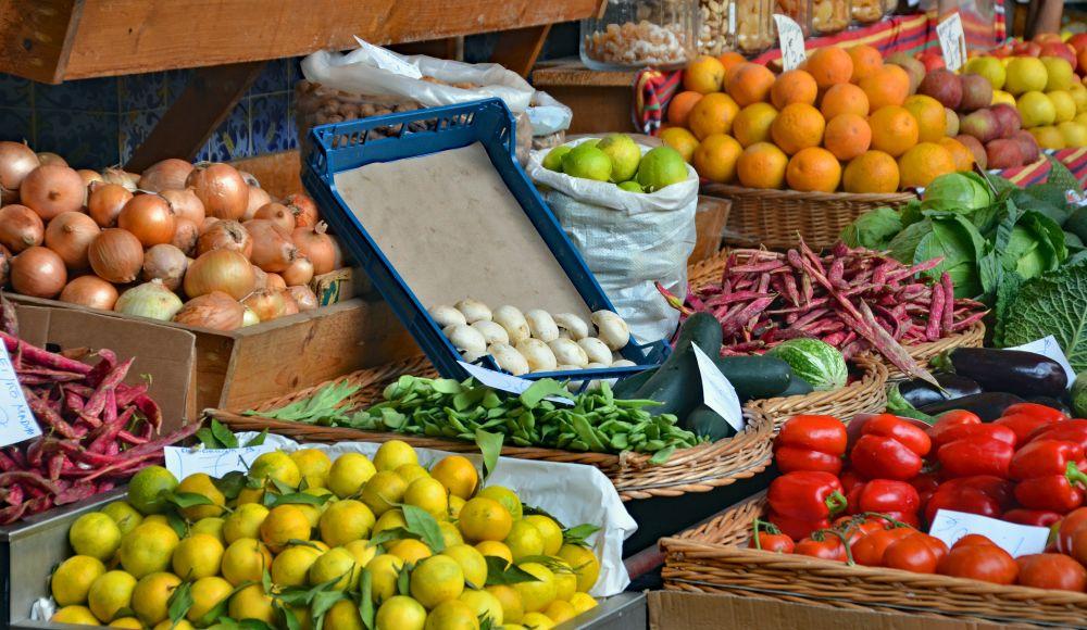 Verschiedene Obst-und Gemüsesorten in Körben auf dem Markt